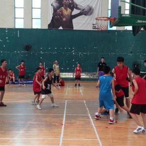 少儿篮球兴趣班:重点培养少儿学员篮球兴趣、促进生长发育;通过丰富的篮球游戏活动,使少儿初步掌握正确的篮球基本动作概念。(体验课4-15岁)